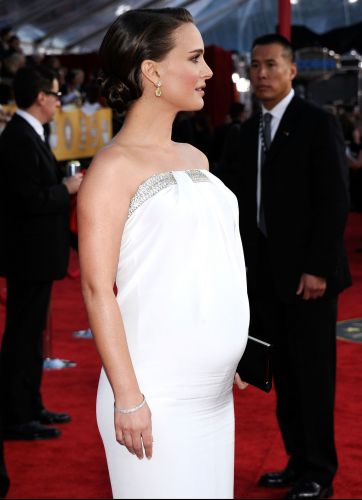 Gravidssima, a atriz Natalie Portman exibe a barriga com um vestido branco no tapete vermelho do SAG Awards, em Los Angeles (30/1/2011). Portman ganhou o prmio de melhor atriz por 