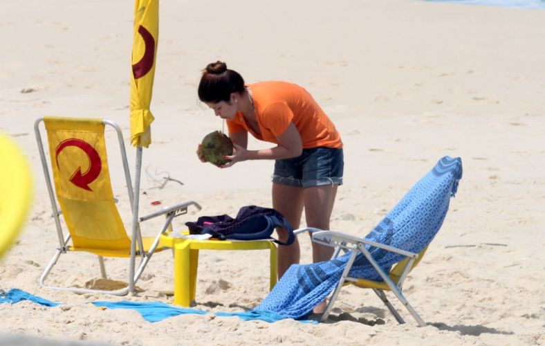 Samara Felippo completa 33 anos nesta quinta-feira (6) e aproveitou a data para curtir o dia na praia da Reserva, no Rio de Janeiro (06/10/2011)