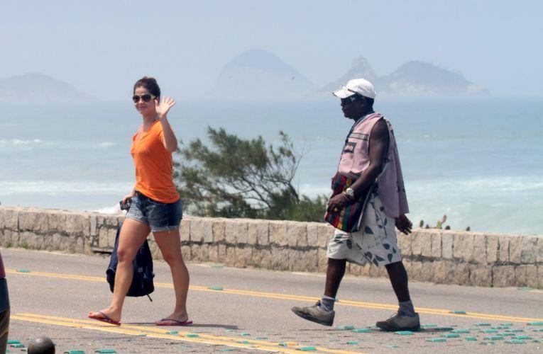 Samara Felippo acena para fotógrafo ao sair da praia da Reserva, no Rio de Janeiro. A atriz completa 33 anos nesta quinta-feira (6) e aproveitou a data para curtir o dia na praia (06/10/2011)