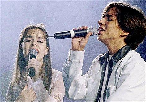 Sandy e Júnior durante um show. Os irmãos estrearam um seriado adolescente na Globo no dia 11 de abril de 1999 que levou o nome de