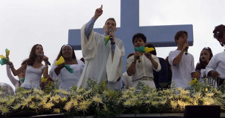 Sandy (esq.) participa do show missa do Padre Marcelo Rossi (ao centro) segurando um lenço verde-amarelo, no autódromo de Interlagos, em São Paulo (2/1/2000)