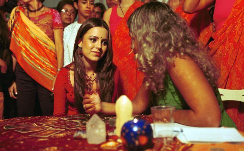 Cartomante joga cartas para a cantora Sandy durante festa da novela