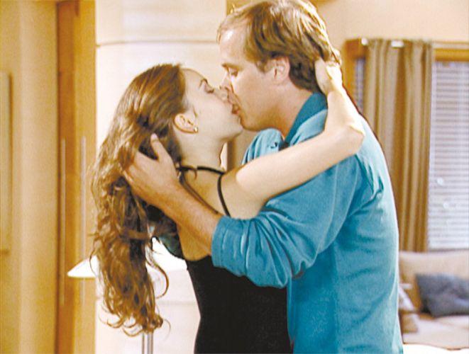 Sandy e Guilherme Fontes se beijam na novela