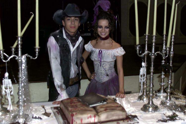 Sandy posa com o irmão Junior, que fez sua festa de aniversário temática em Vinhedo, São Paulo (18/4/2002)