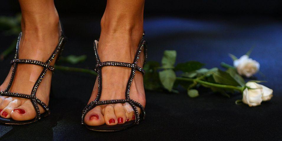 Foto dos pés de Sandy no show de despedida da dupla, no Credicard Hall, em São Paulo (18/12/2007). Mesmo pintadinho e bem cuidado, o pé esquerdo estava com um pequeno curativo