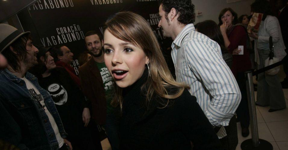 Sandy, acompanhada do marido Lucas Lima (ao fundo), na pré-estreia do documentário sobre Caetano Veloso,
