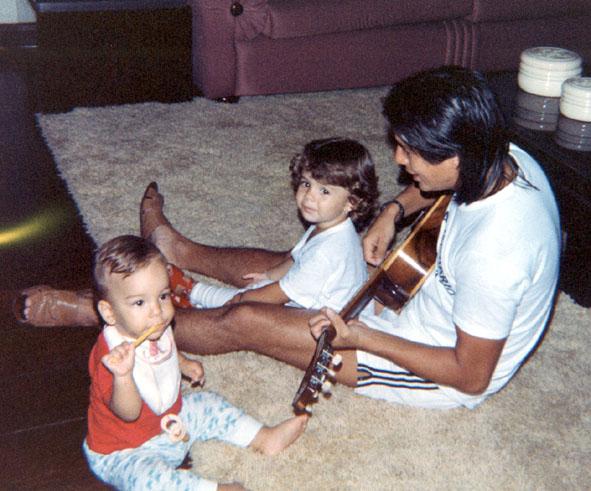 Foto de arquivo pessoal de Sandy, quando tinha apenas dois anos, com o pai Xororó e o irmão Junior (1985)
