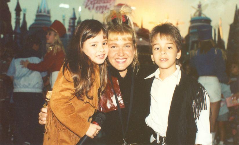 Sandy e Junior posam com Xuxa após apresentação em seu programa (1991)