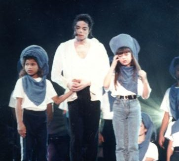 Sandy ao lado de Michael Jackson durante show do rei do pop no estádio do Morumbi, em São Paulo (1993).