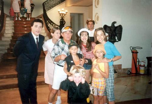 Sandy (ao centro, com chapéu branco) posa com o irmão Junior (dir.), Renato Aragão (camisa xadrez), Tony Ramos (esq.), Patrícia Pillar (de saia rosa) e o elenco do filme