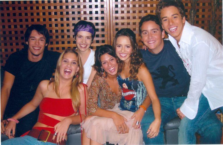 Sandy posa com o elenco da série