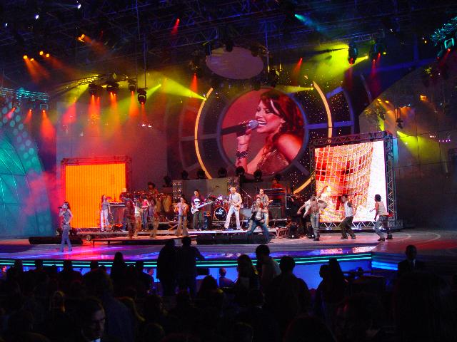Sandy e Junior durante apresentação no Festival Viña Del Mar, no Chile (2003)