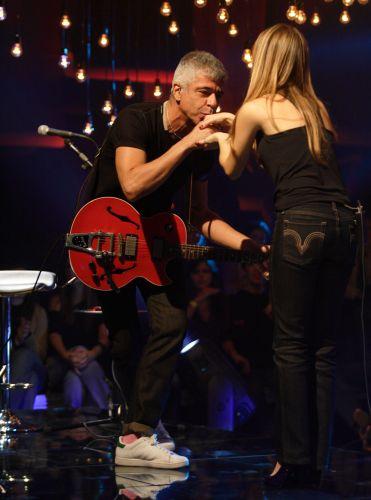 Lulu Santos beija a mão de Sandy na gravação do