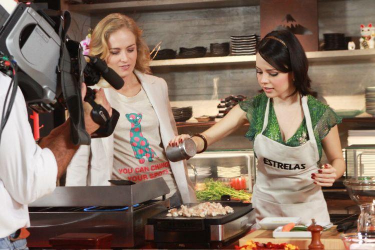 Sandy cozinha para Angélica no programa