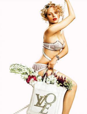 Scarlett Johansson em campanha da Moët Chandon (13/1/2011)
