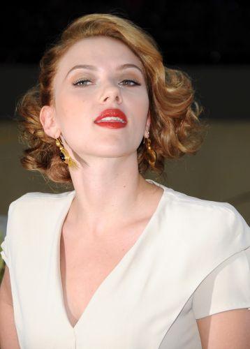 Scarlett Johansson atende fãs na première de