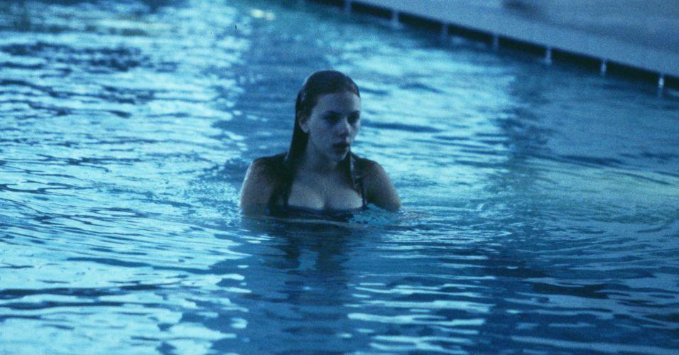 Scarlett Johansson fala ao telefone antes de desfile da Imitation of Christ na semana de moda em Beverly Hills (1/4/2003)