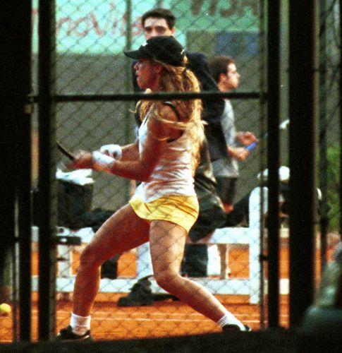 A cantora Shakira joga tênis em um clube de Buenos Aires (26/5/2000)