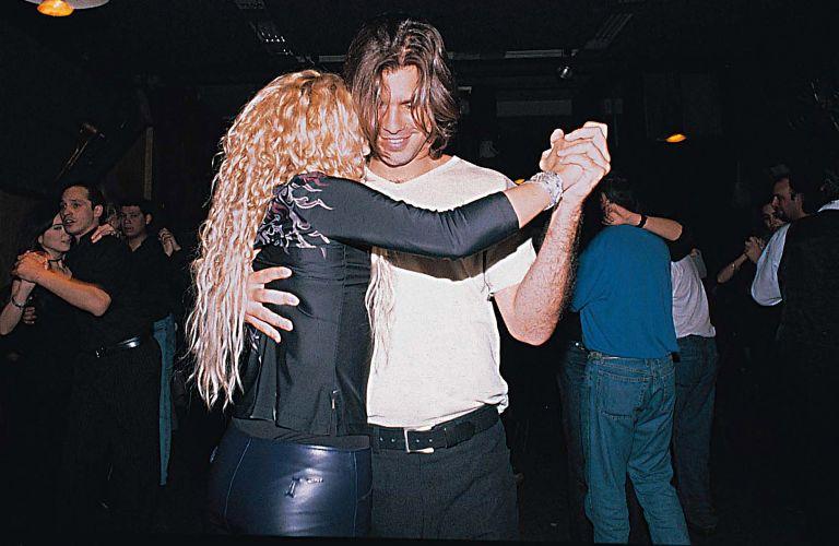 Shakira e seu então namorado Antonio de la Rua dançam tango em Buenos Aires (21/8/2000)