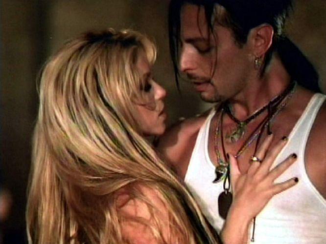 Shakira e dançarino durante gravação de vídeo para seu álbum