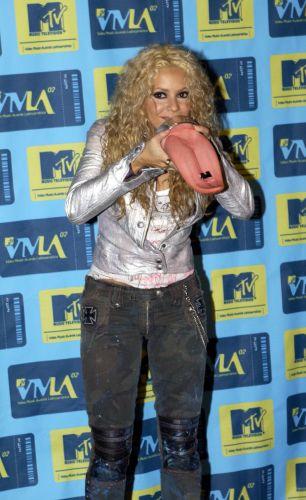 Shakira faz graça com seu prêmio no MTV Video Music Awards Latin America, em Miami (24/10/2002)