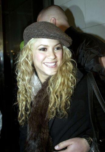 A cantora Shakira no aeroporto de Barcelona (7/12/2002)