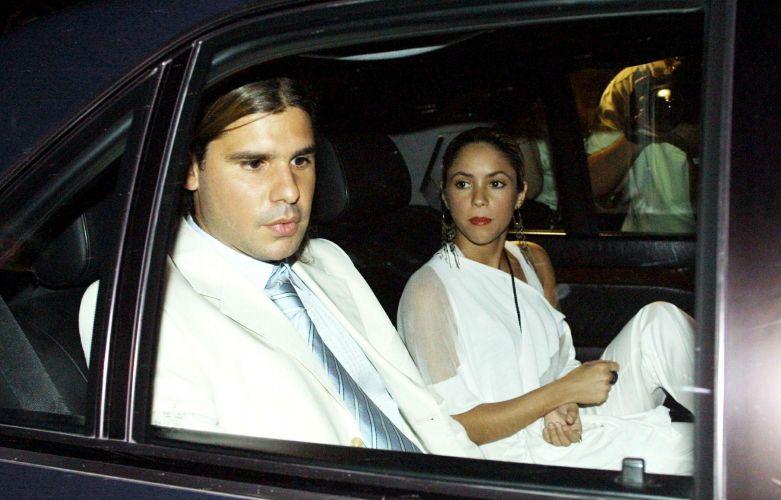 Shakira e Antonio de la Rua deixam a casa do empresário espanhol Pepe Barroso, que fez uma festa de batismo para o filho (20/6/2003)