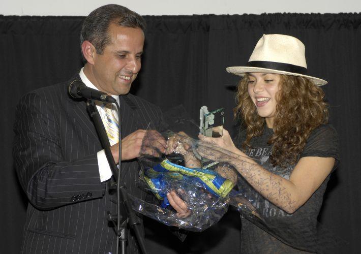 Shakira recebe do prefeito de Miami, Carlos Alvarez, a chave da cidade, em Miami Bech (6/12/2006)