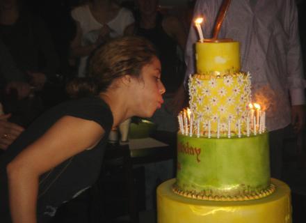 Shakira assopra as velinhas para comemorar os 30 anos de idade (fev/2007)