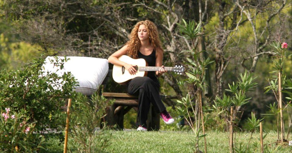 Shakira toca violão em sua fazenda no Uruguai (fev/2008)