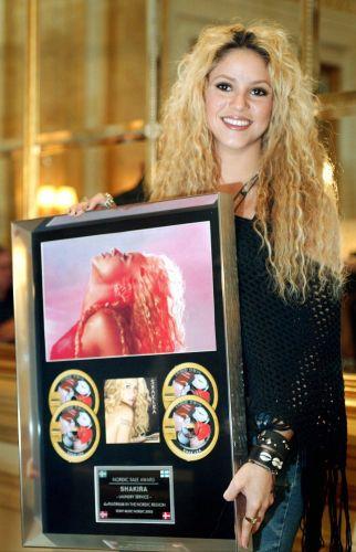 Shakira mostra seu disco de ouro que recebeu na Escandinávia pelo disco