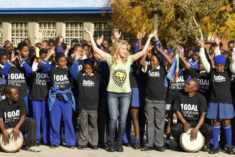 A cantora Shakira dança com crianças durante visita à uma escola em Soweto, na periferia de Johannesburgo (9/6/2010). A cantora foi uma das atrações da Copa do Mundo da África do Sul