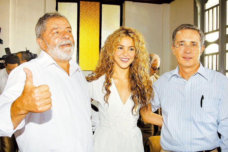 Da esquerda para a direita, o presidente Luiz Inácio Lula da Silva, a cantora Shakira e o presidente colombiano Álvaro Uribe posam para foto durante o evento de celebração da Data Nacional da Colômbia, na cidade de Letícia (20/7/2008)