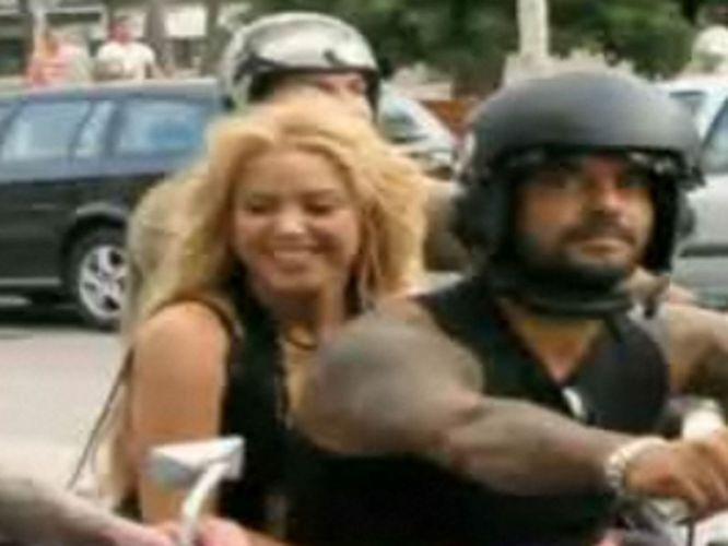 Shakira grava clipe nas ruas de Barcelona, andando de moto sem capacete. A prefeitura da cidade espanhola ameaçou multar a cantora colombiana por
