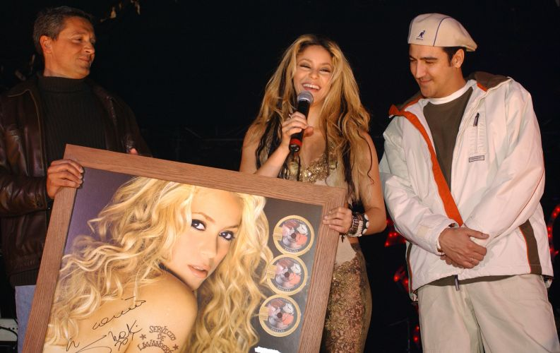 Shakira recebe seu disco quadruplo de platina do disco