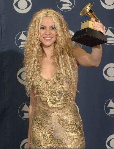 Shakira posa com seu prêmio de melhor álbum de artista pop latino no 43º Grammy Awards em Los Angeles (21/2/2001)