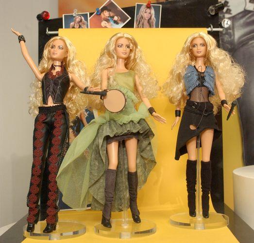 Edição especial da bonecas Barbie da cantora Shakira, em feira de brinquedos em Nova York (16/2/2003)