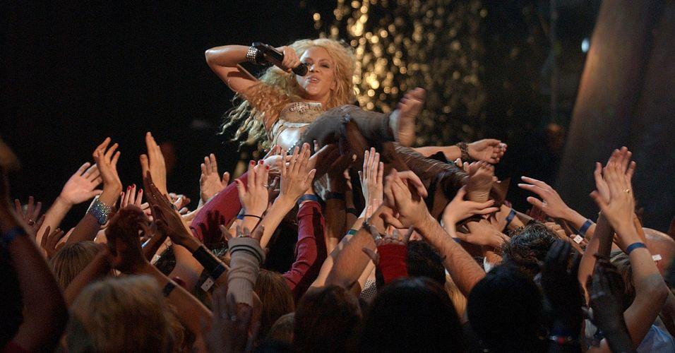 Shakira se joga na plateia durante apresentação no MTV Video Music Awards Latin America de 2002, em Nova York (29/8/2002)
