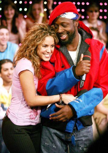 Shakira abraça Wyclef Jean durante apresentação no programa