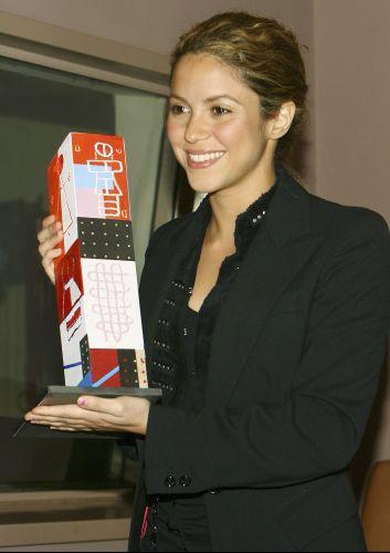 Shakira recebe um prêmio na conferência Women Together no prédio das Nações Unidas, em Nova York (3/4/2006). A