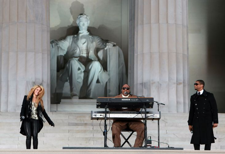 Shakira, Stevie Wonder e Usher se apresentam em frente o Lincoln Memorial durando o 'We Are One: The Obama Inaugural Celebration At The Lincoln Memorial