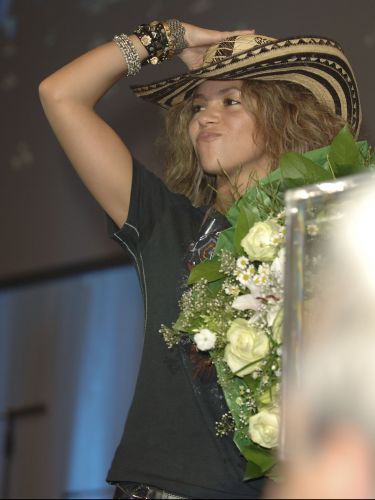 Shakira se apresenta em festa após baile beneficente de gala da UNESCO, em Neuss, na Alemanha (12/11/2005). Aproximadamente 1,8 milhões de euros foram arrecadados para as crianças do mundo no evento