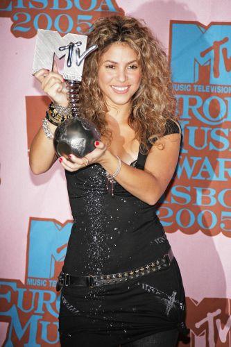Shakira exibe seu troféu de melhor artista feminina no MTV Europe Music Awards em Lisboa (3/11/2005)