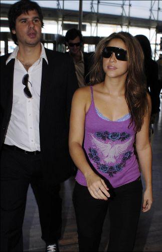 Shakira e Antonio de la Rua desembarcam no aeroporto de Barcelona (24/5/2006)
