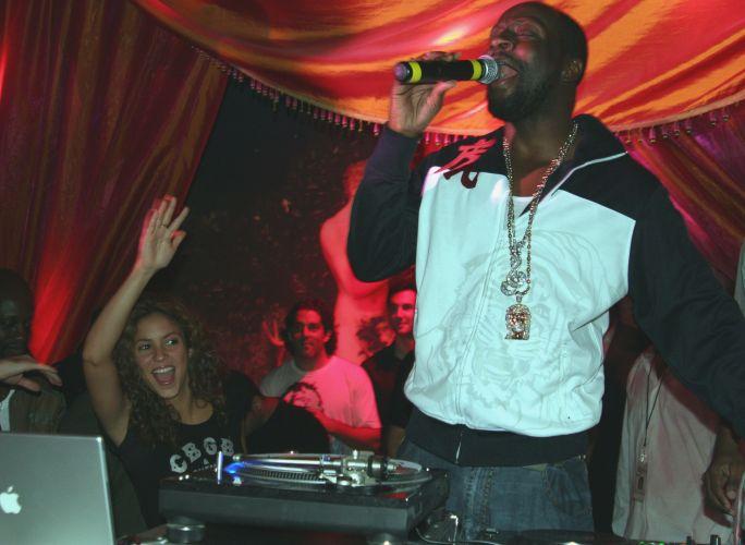 Shakira se diverte durante apresentação de Wyclef Jean em um clube noturno em Miami (16/9/2006)