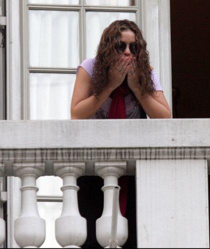 Shakira manda beijos para os fãs da sacada de seu hotel em Buenos Aires (25/11/2006)