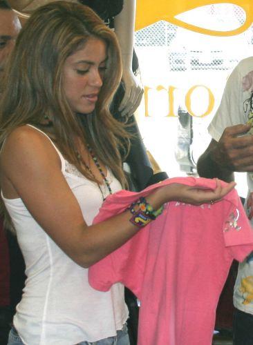 Shakira faz compras em uma loja em Melrose, em Los Angeles (7/6/2007)