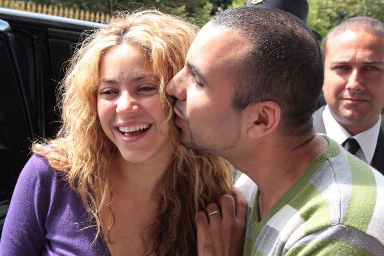 Shakira recebe beijo de fã durante passeio por Paris, ao lado do noivo Antonio de la Rua (17/7/2008)