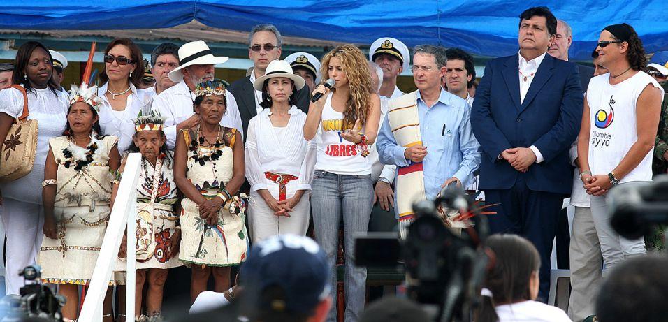 Shakira participa de evento que pede às guerrilhas do interior que libertem os reféns presos em partes remotas da Colômbia, na cidade de Letícia (20/7/2008)