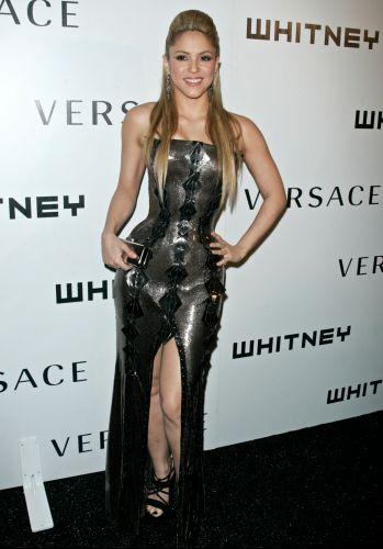 Shakira usa um vestido Versace na festa de gala 2009 da Whitney, no The Whitney Museum of American Art, em Nova York (19/10/2009)